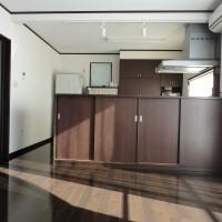 LDK(21帖)キッチンとリビングを扉で分けることができるようになっています。造作のカウンター下部は収納。