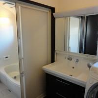 浴室・洗面室 洗面化粧台の反対側に収納スペースあります。