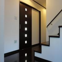玄関から廊下・二階への階段